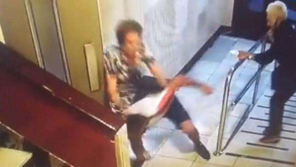 Así reaccionaron dos ancianas al ser víctimas de un brutal atraco en un portal