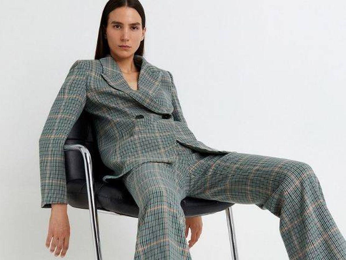 Foto: Este traje de cuadros estiliza y alarga la figura. (Cortesía)