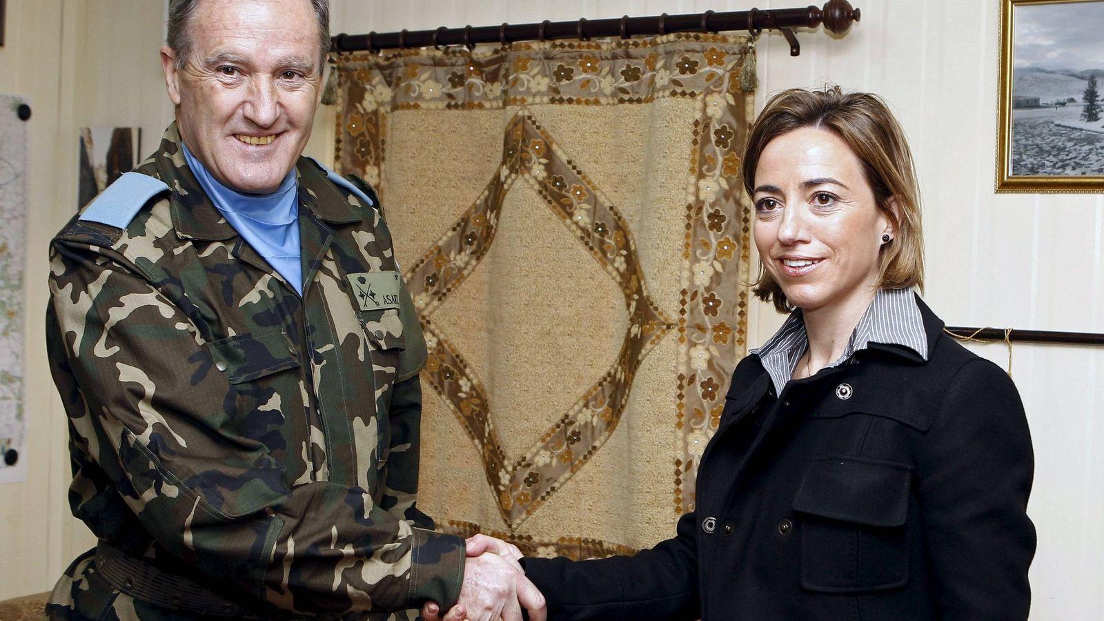 Foto: Alberto Asarta, con la exministra de Defensa, la fallecida Carme Chacón. (EFE)