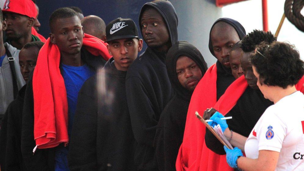 Foto: Un grupo de inmigrantes desembarca en Almería | EFE