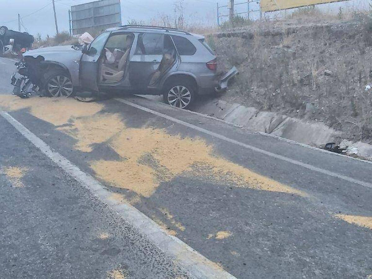 Foto: Imagen de los dos coches accidentados fuera de la vía.