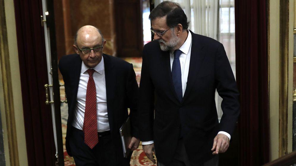 Foto: El presidente del Gobierno, Mariano Rajoy, y el ministro de Hacienda y Función Pública, Cristóbal Montoro, entran en el hemiciclo del Congreso. (EFE)