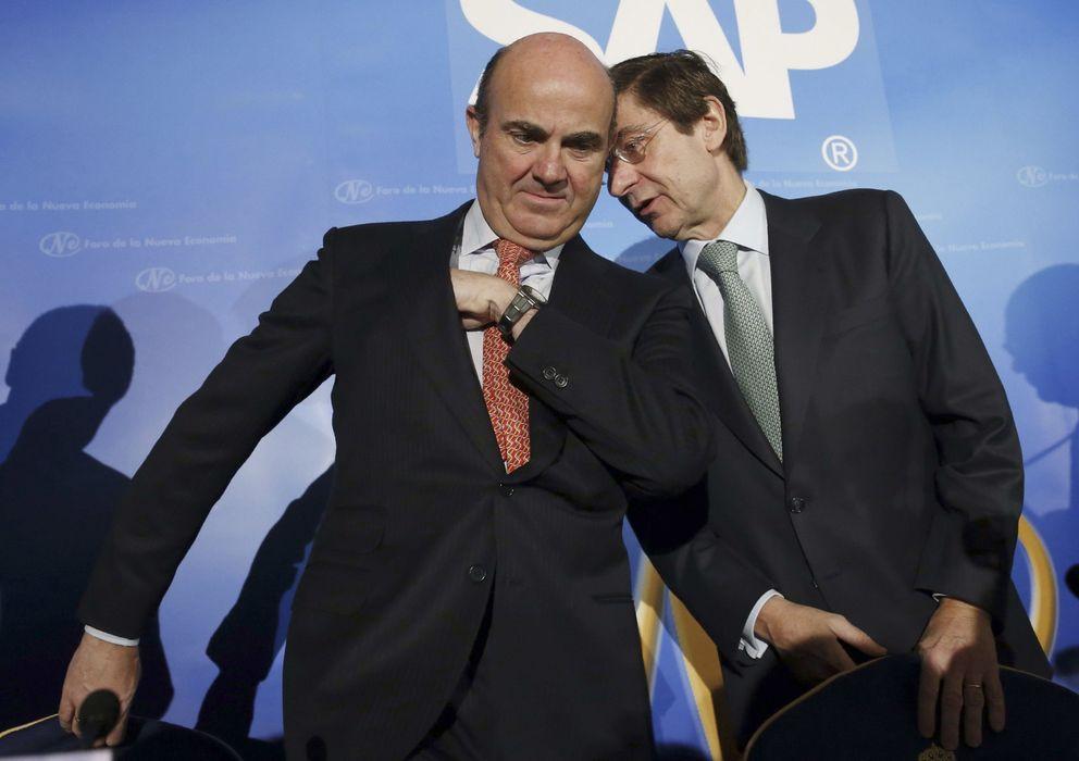 Foto: El ministro de Economía, Luis de Guindos, y el presidente de Bankia, José Ignacio Goirigolzarri (Efe)