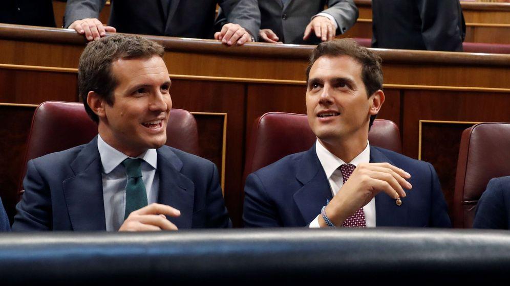 Foto: Pablo Casado y Albert Rivera, en el homenaje a las víctimas del terrorismo en el Congreso. (EFE)