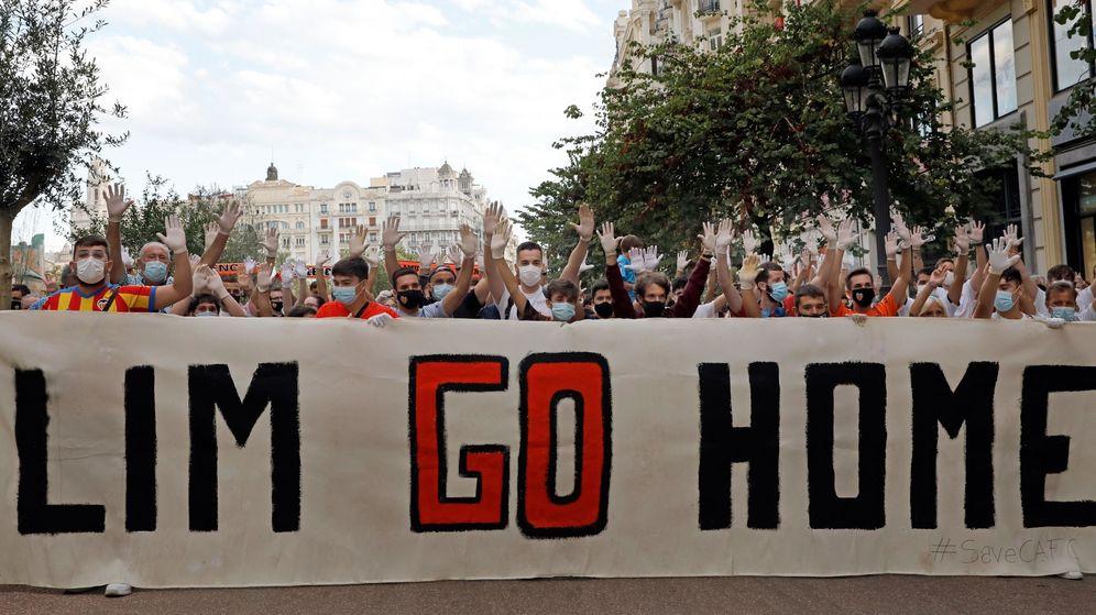 Foto: Imagen de la proesta en Valencia de los aficionados contrarios a la gestión del grupo Meriton. (EFE)