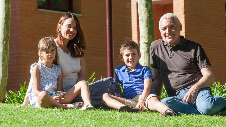 Aryna junto a sus padres y su hermano de acogida. (Enrique Villarino)