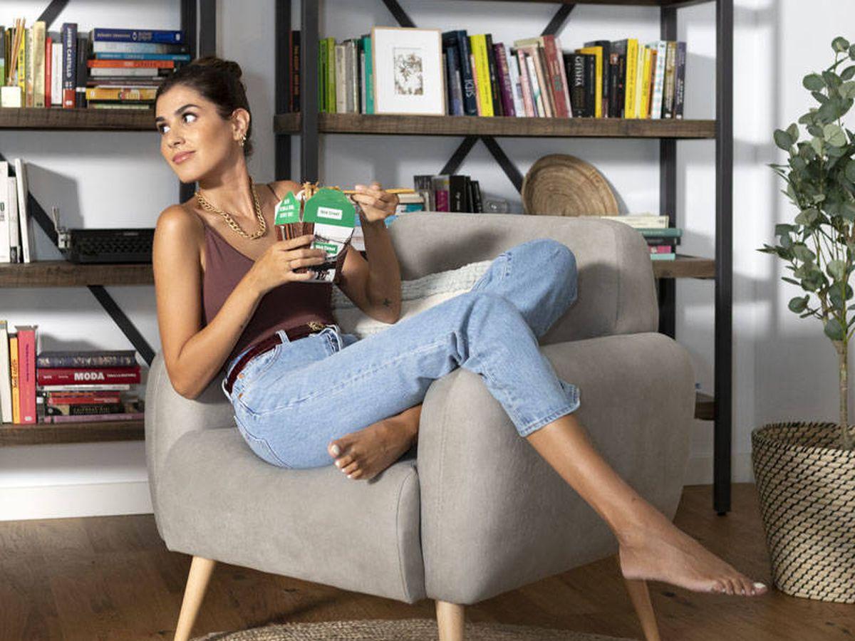 Foto: Mery Turiel posa en su casa con body y collar de Zara, pantalones de Levi's y cinturón de Loewe.