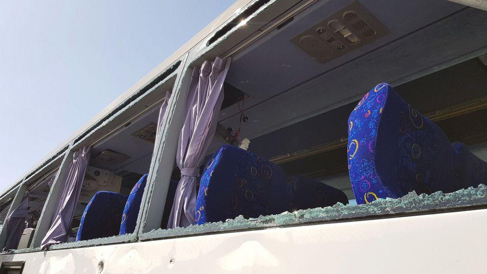 Foto: Restos del autobús tras la explosión. (Reuters)
