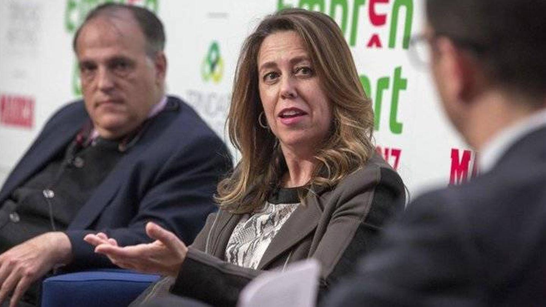 Ana Muñoz, junto al presidente de LaLiga, Javier Tebas, durante unas conferencias. (EFE)