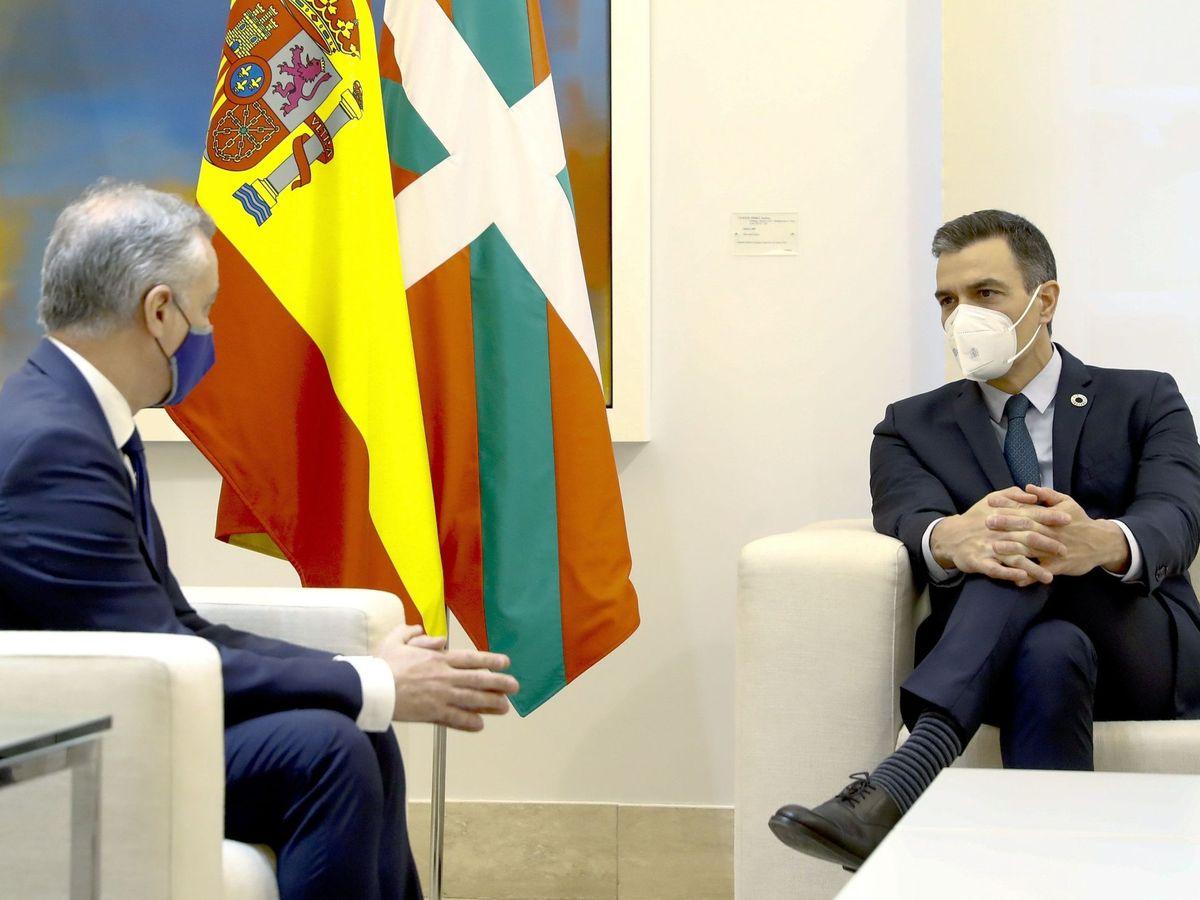 Foto: El presidente del Gobierno, Pedro Sánchez (d), y el lendakari, Iñigo Urkullu. (EFE)