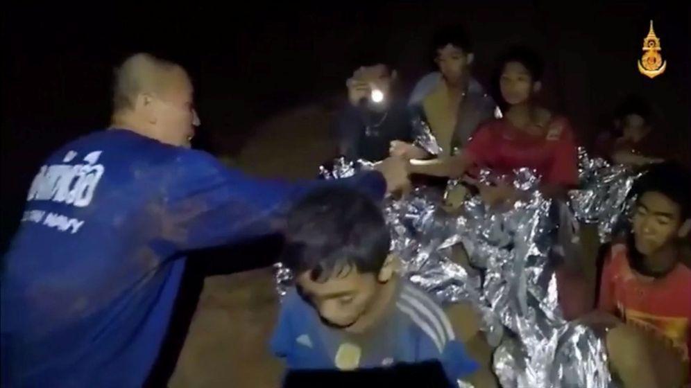 Foto: Un médico asiste a los niños atrapados en la cueva de Tham Luang, el 3 de julio de 2018. (Reuters)