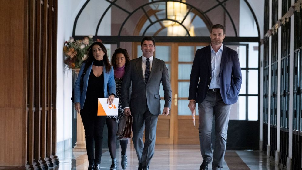 Foto: El presidente de la comisión que investiga las presuntas irregularidades en la Faffe, Enrique Moreno Madueño (c), llega a la sala del Parlamento andaluz. (EFE)