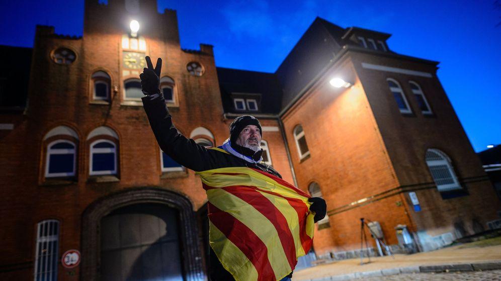 Foto: El simpatizante de Cataluña Eduardo Alonso, con una estelada, celebra la decisión del  Tribunal Regional Superior de Schleswig-Holstein. (EFE)