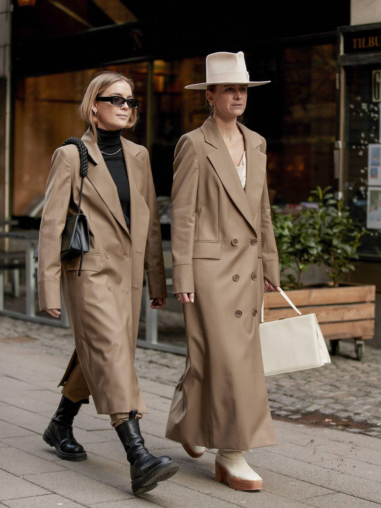 Dos prescriptoras, con abrigos de color camel. (Imaxtree)