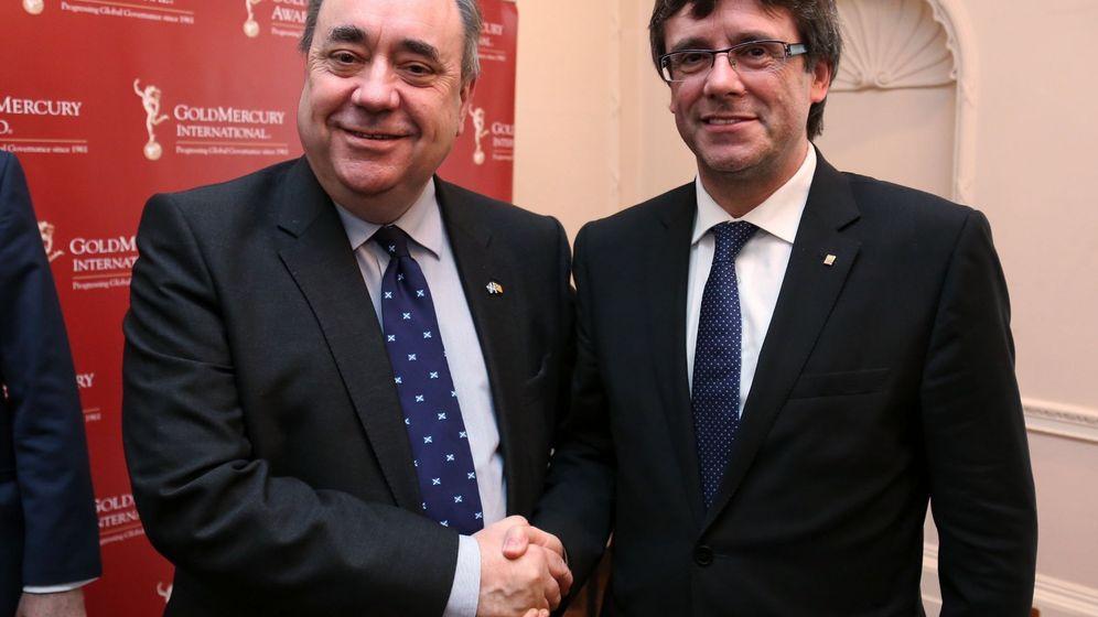 Foto: El presidente de la Generalitat, Carles Puigdemont (d), durante la reunión con el ex primer minsitro de Escocia, Alex Salmond. (EFE)