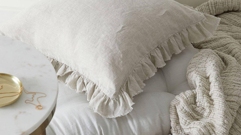 Las fundas de cojín más originales y más cómodas ya están en H&M Home y en Ikea