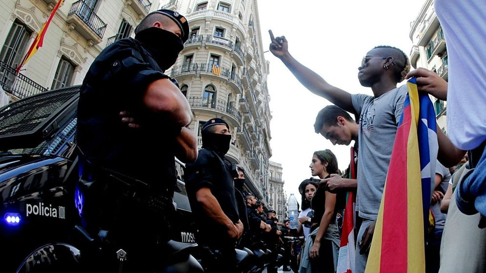 Foto: Los 'mossos' protegen la Jefatura Superior de la Policía Nacional en Barcelona el pasado mes de octubre. (EFE)