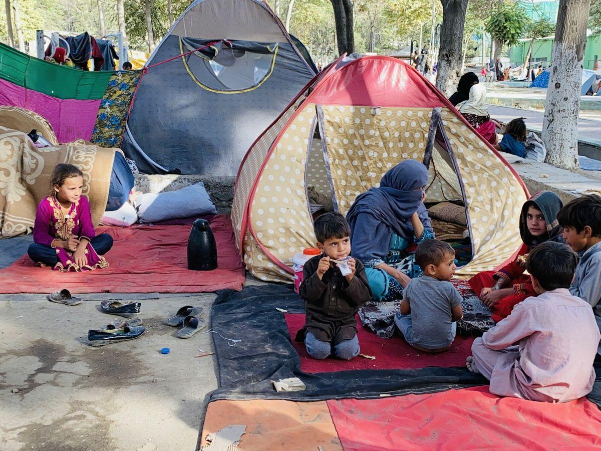 Foto: Una familia afgana vive temporalmente en un parque de Kabul. (EFE)