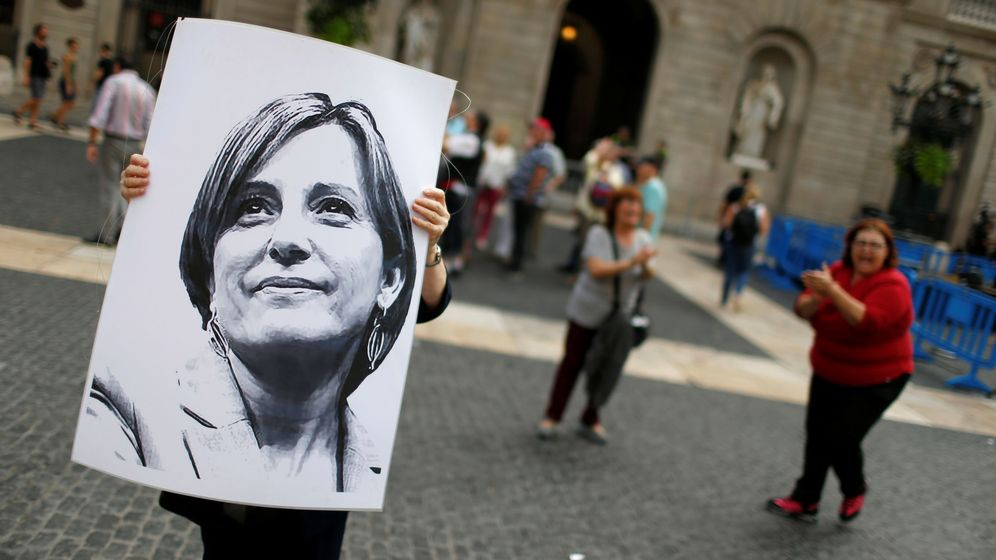 Foto: Manifestante porta un retratro de Forcadell. (Reuters)
