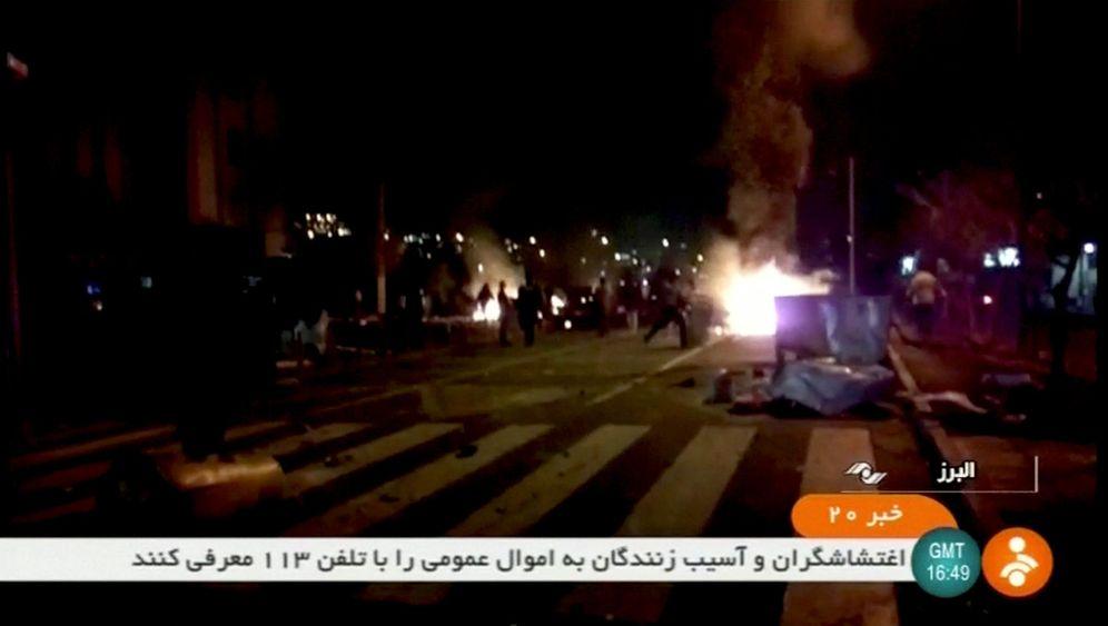 Foto: Imagen de televisión de las protestas en Tuyserkan, Irán. (Reuters)