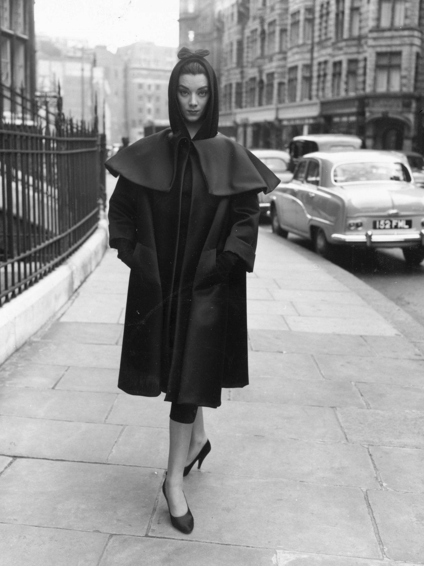 Una modelo ensaya el show televisivo 'Fashions from Paris' vestida de Balenciaga. (Getty)