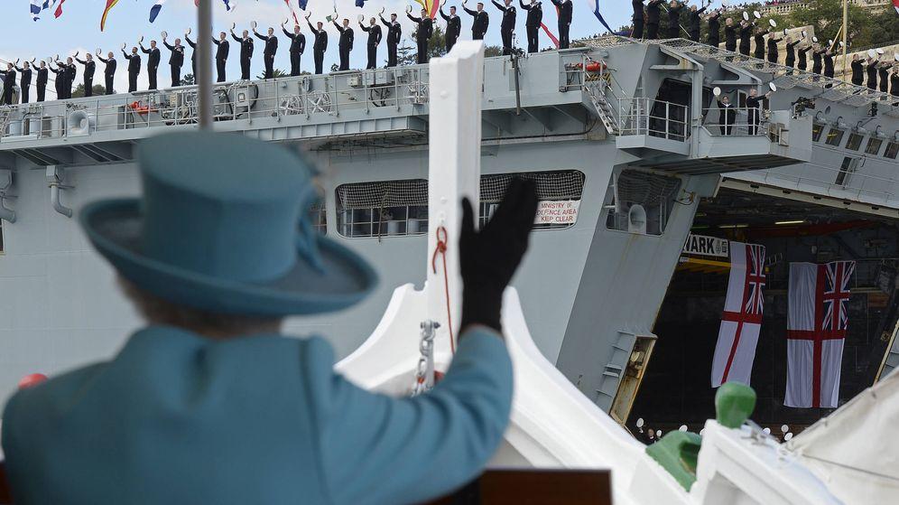 Foto: La reina Isabel II saluda a los marineros del HMS Bulwark. (Reuters)