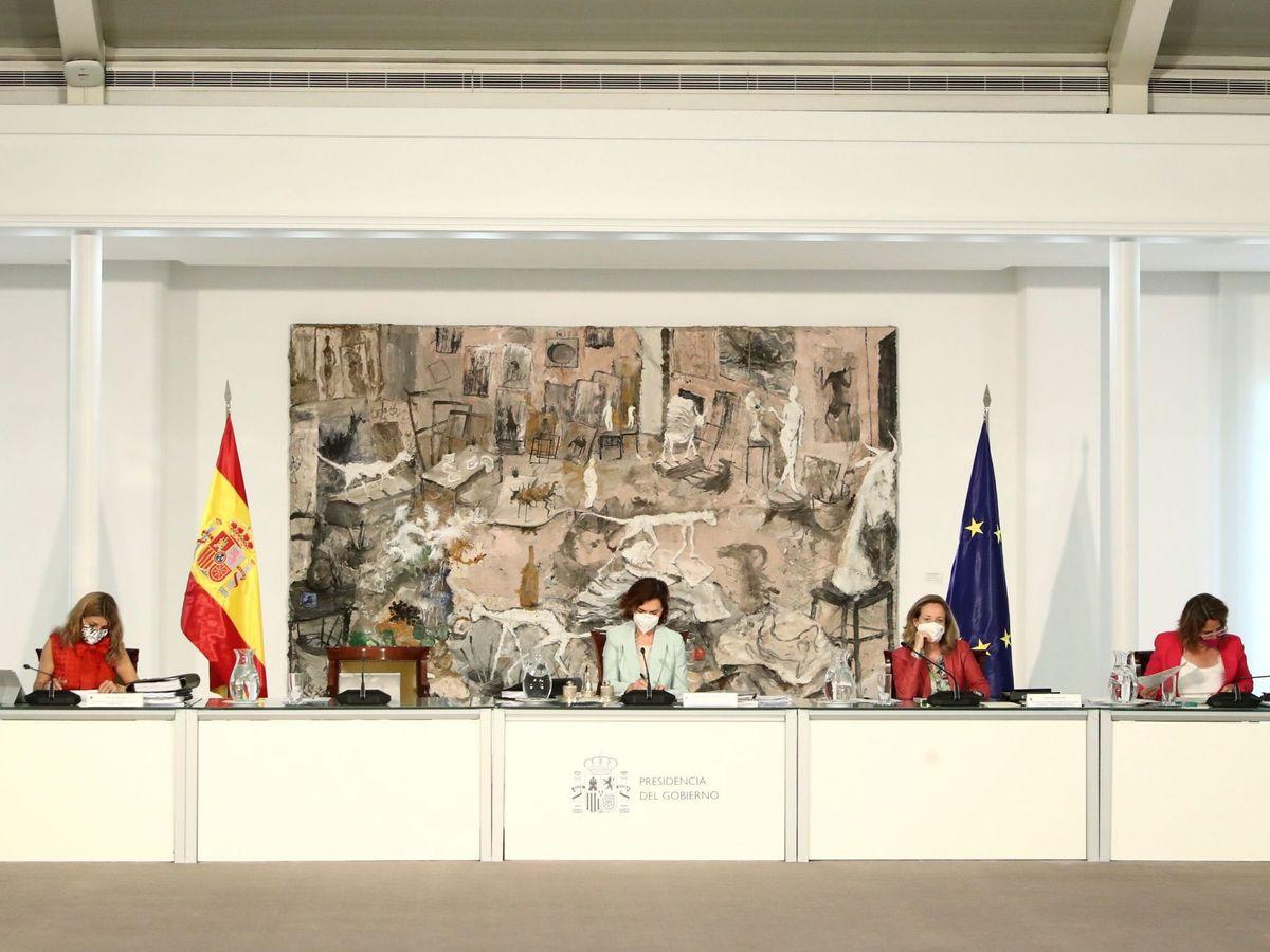 Foto: La vicepresidenta primera del Gobierno, Carmen Calvo, en el Consejo de Ministros. (EFE)