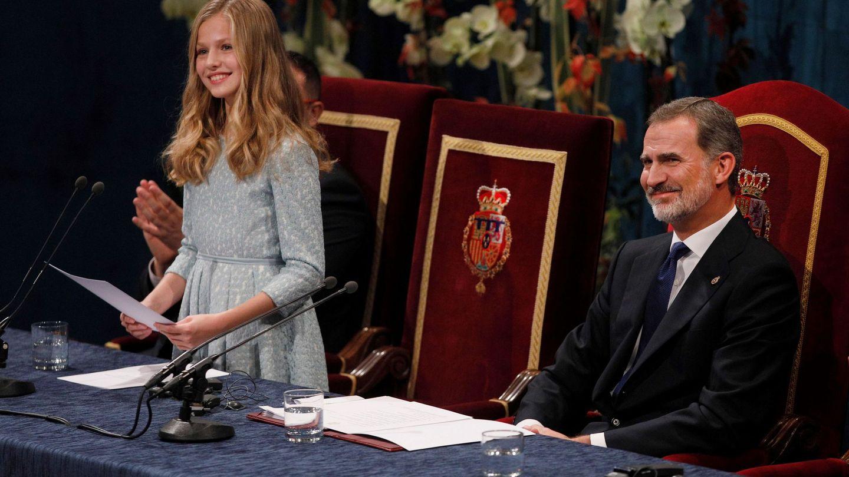 El rey Felipe VI y su hija, la princesa Leonor, durante la ceremonia de entrega de los premios Princesa de Asturias 2019. (EFE)