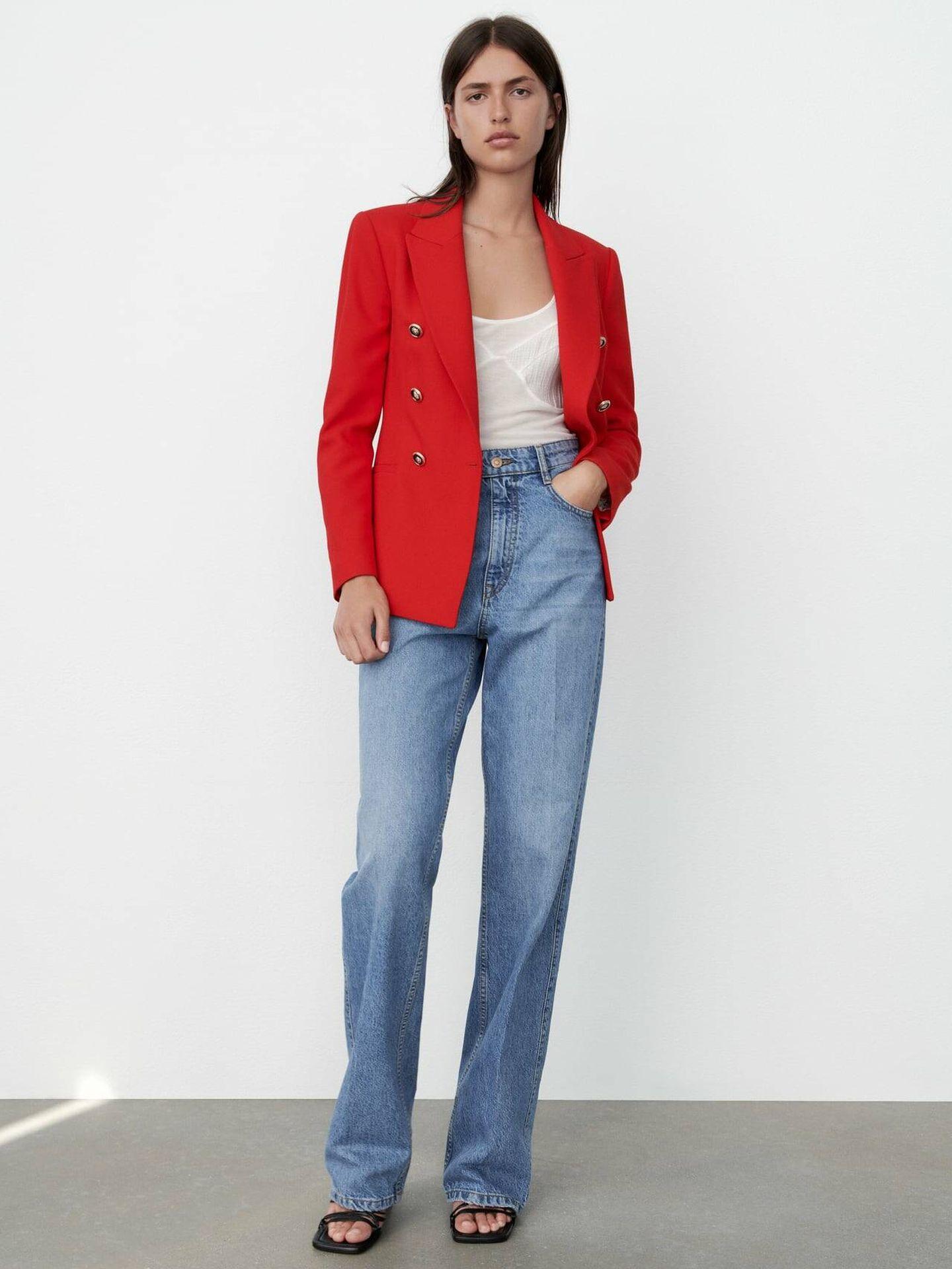 Zara combina su blazer rojo con estos vaqueros ideales. (Cortesía)