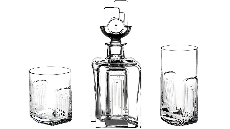 Foto: Un tapón arquitectónico en esta botella de whisky con vasos alto y bajo de Vista Alegre.