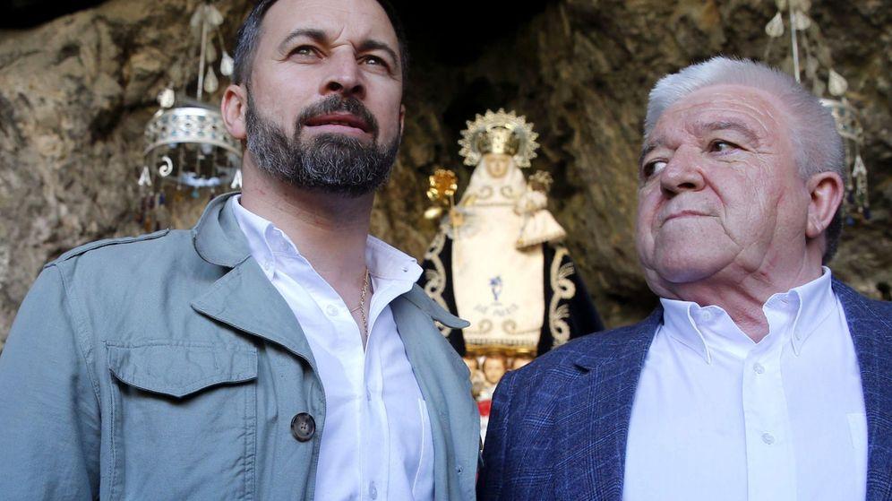 Foto: Abascal, con el presidente de Vox Asturias, Rodolfo Espina. (EFE)