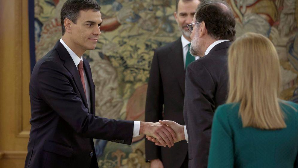 Foto: El nuevo presidente del Gobierno, Pedro Sánchez (i), saluda al expresidente Mariano Rajoy tras el acto de toma de posesión de su cargo. (EFE)