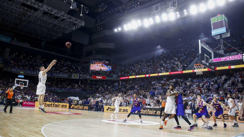 El triple de Jaycee Carroll que le dio la victoria al Real Madrid ante el FC Barcelona Lassa. (ACB Photo / E. Cobos)