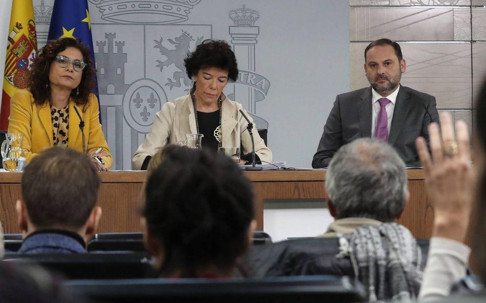 Foto: La portavoz del Gobierno, Isabel Celaá, con los ministros María Jesús Montero y José Luis Ábalos, este 8 de noviembre. (EFE)