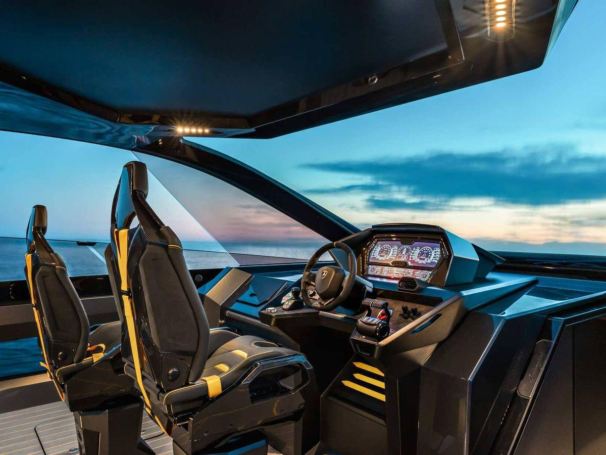 Foto: Impresionante puesto de pilotaje de este Lamborghini del mar, similar al cockpit de los coches de la marca.