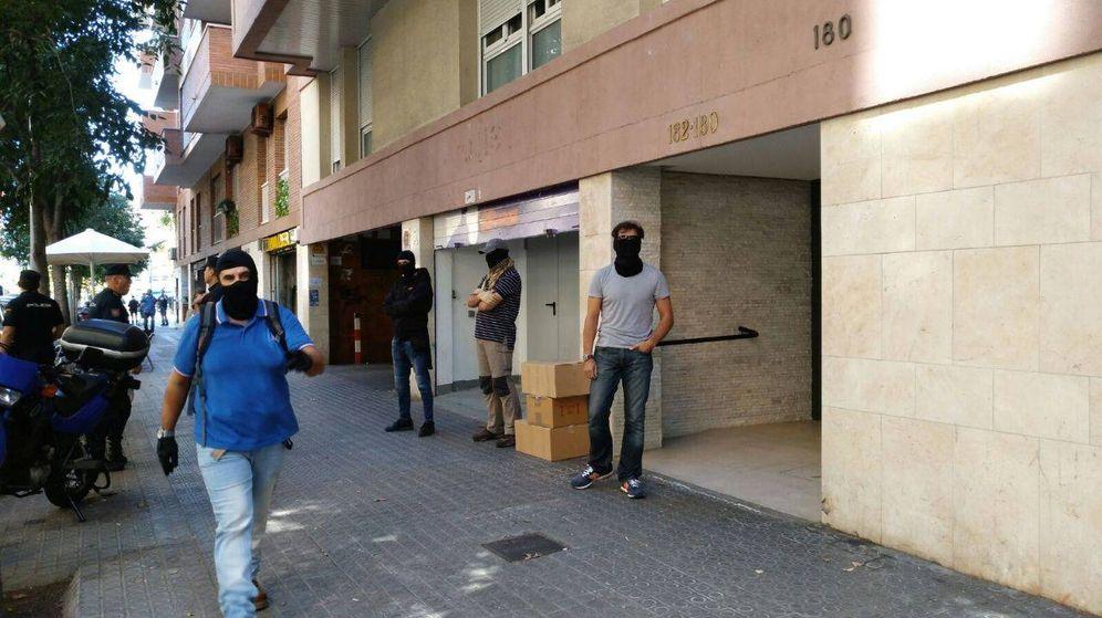 Foto: Agentes a las puertas de la sede de la CUP. (Arran)