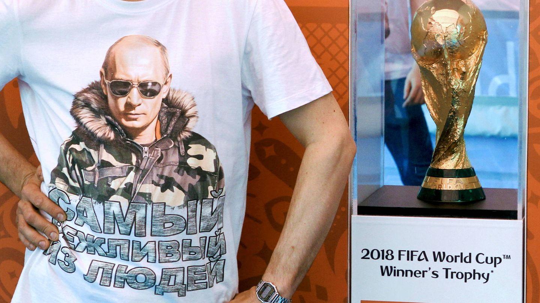La Copa del Mundo, tal y como lucía en la plaza principal de San Petersburgo (REUTERS)
