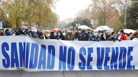 La Marea Blanca marcha por el centro de Madrid para defender la sanidad pública