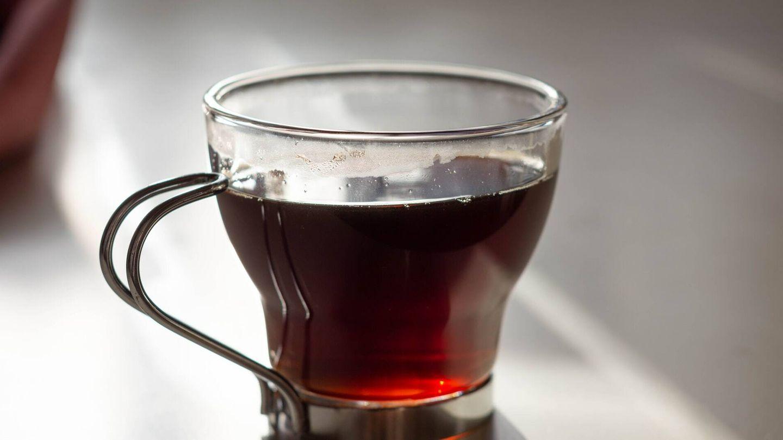 Rico en antioxidantes, el té negro dispone de polifenoles que reducen la absorción de grasas y azúcar (Unsplash)