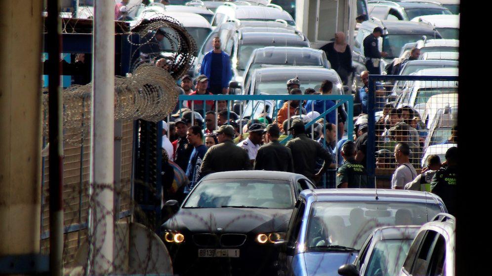 Foto: Una imagen de una cola de vehículos en el paso fronterizo de Ceuta con Marruecos. (EFE)
