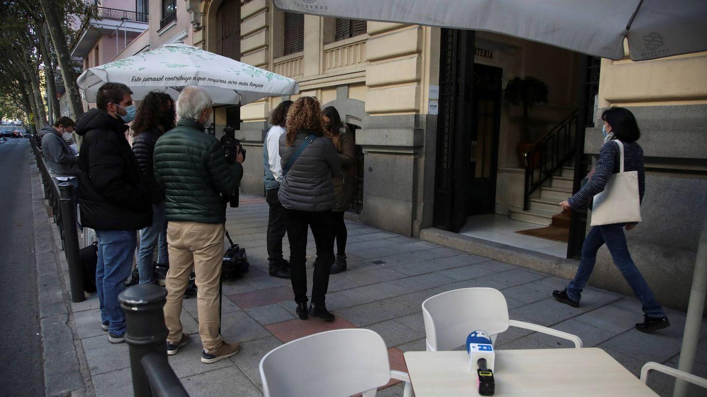 Periodistas a las puertas del domicilio del extesorero del PP Luis Bárcenas, en Madrid. (EFE)