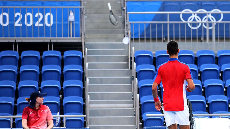 Ahí acabó la raqueta de Djokovic. (Reuters)
