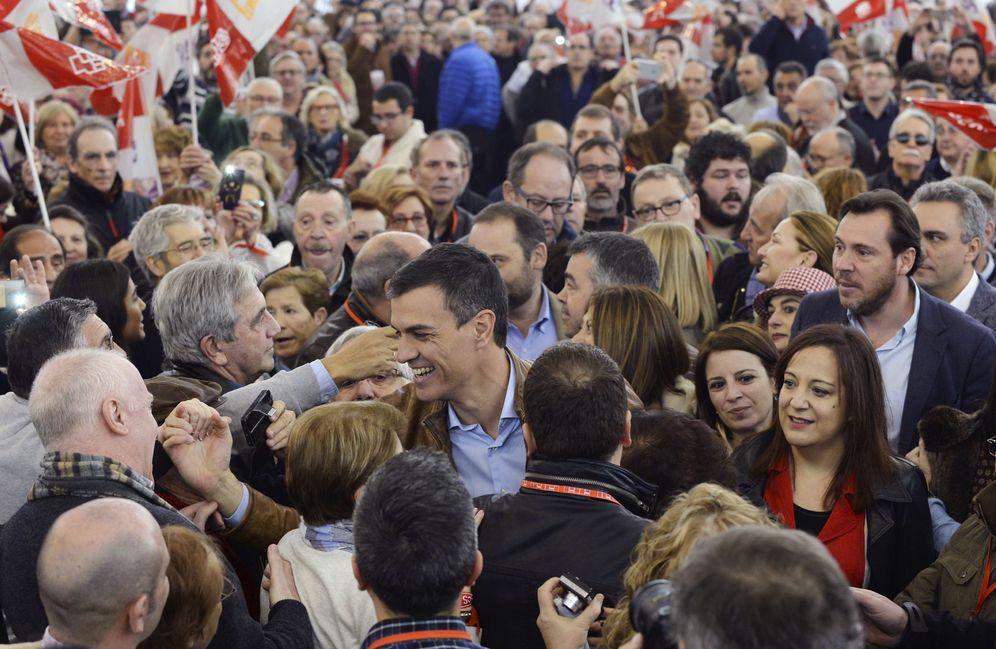 Foto: Pedro Sánchez, acompañado de Adriana Lastra, Iratxe García y Óscar Puente, saluda a los asistentes a su acto de este sábado en Valladolid. (EFE)