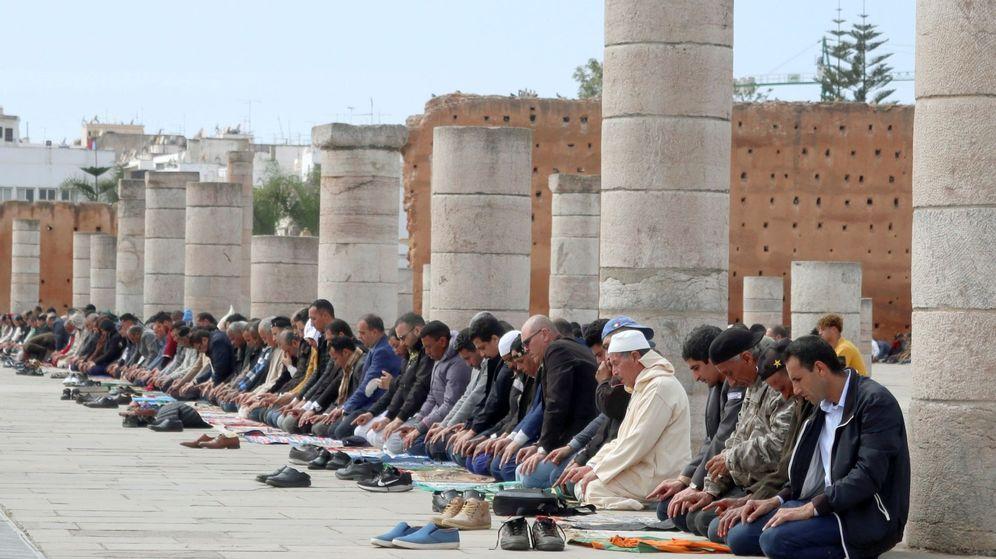 Foto: Fieles en la oración, el pasado trece de marzo, en Rabat. (Reuters)