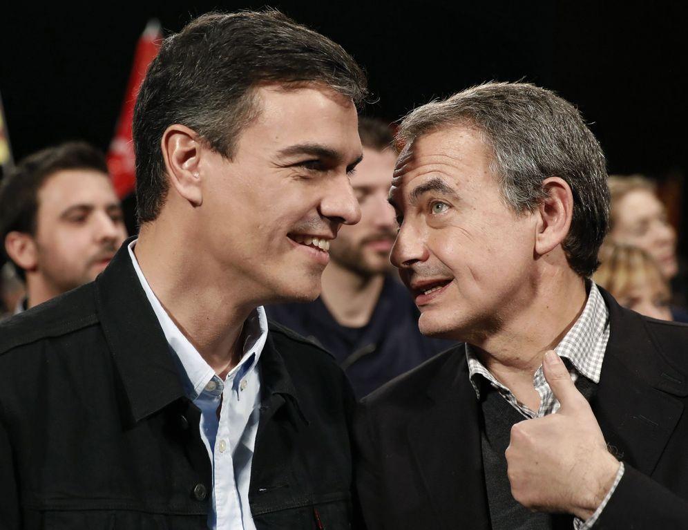 Foto: Pedro Sánchez y José Luis Rodríguez Zapatero, en el acto central de campaña del PSC, este domingo en el Centro de Convenciones Internacional de Barcelona. (EFE)