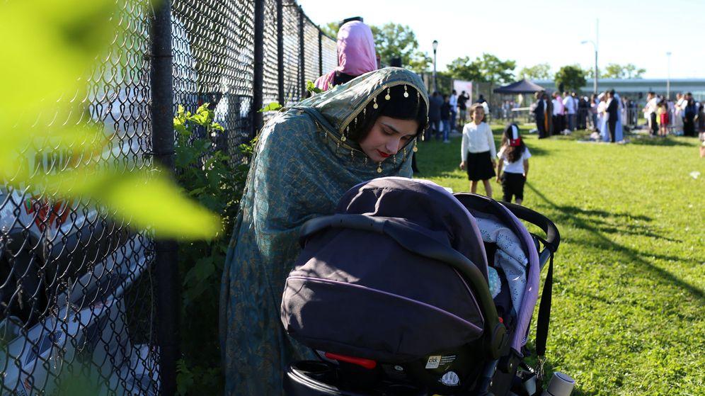 Foto: Una mujer musulmana cuida de su hijo en un parque (Reuters/Gabriela Bhaskar)