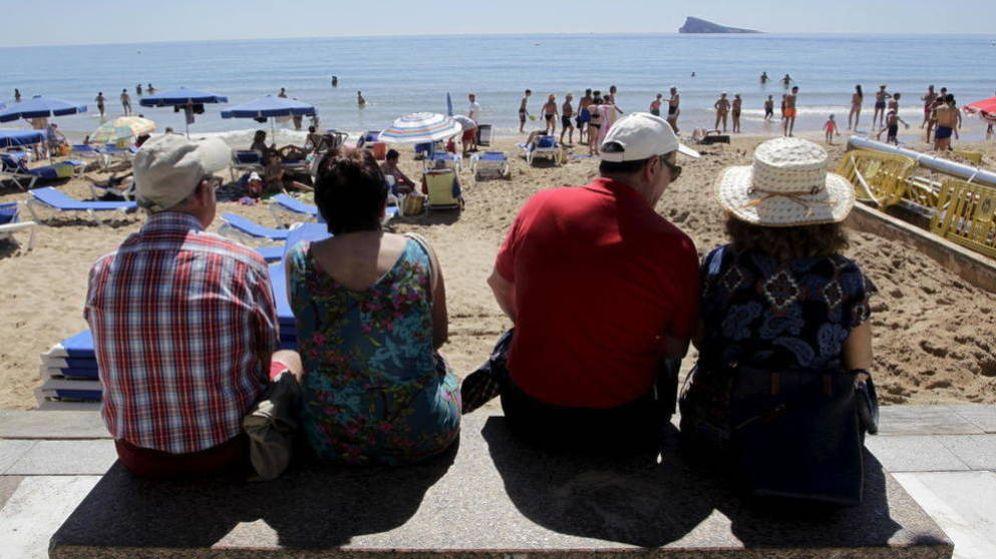 Foto: Jubilados en una playa (EFE)