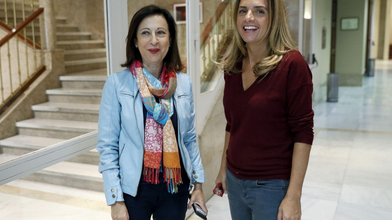 Foto: Margarita Robles y Susana Sumelzo, el pasado 3 de noviembre en los pasillos del Congreso. (EFE)