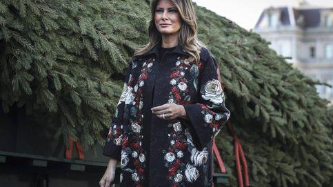El abrigo 'arty' con el que Melania Trump recibe al árbol navideño de la Casa Blanca