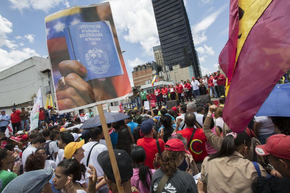 Foto: Cientos de personas participan en una concentración a favor de la Constituyente en Caracas, el 2 de agosto de 2017. (EFE)